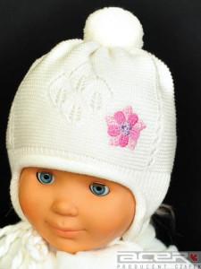 Biała czapka dla dziewczynki